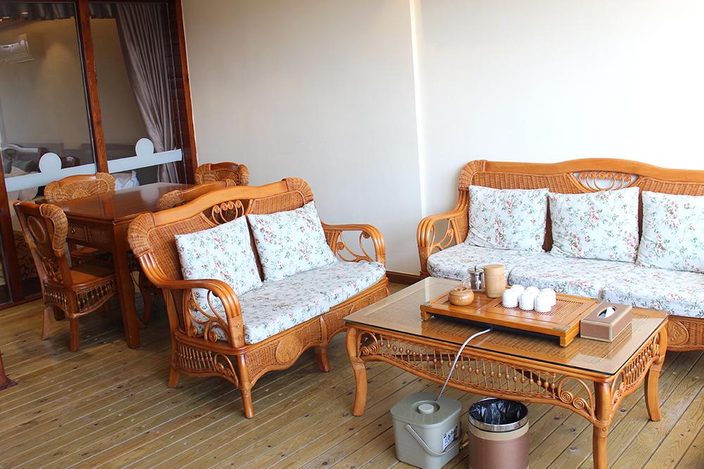 藤椅沙發、茶具、免費山茶和自動麻將機等